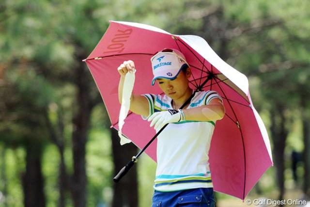 2010年 サントリーレディスオープンゴルフトーナメント 3日目 有村智恵 腕が張ってたチエゾーは、テーピングで頑張りました!チエはテープも一人で巻ける子です!33位T!