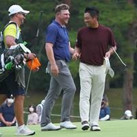 ホールアウト、じゃれ合う2人。 2021年 日本オープンゴルフ選手権競技 3日目 ショーン・ノリス 池田勇太