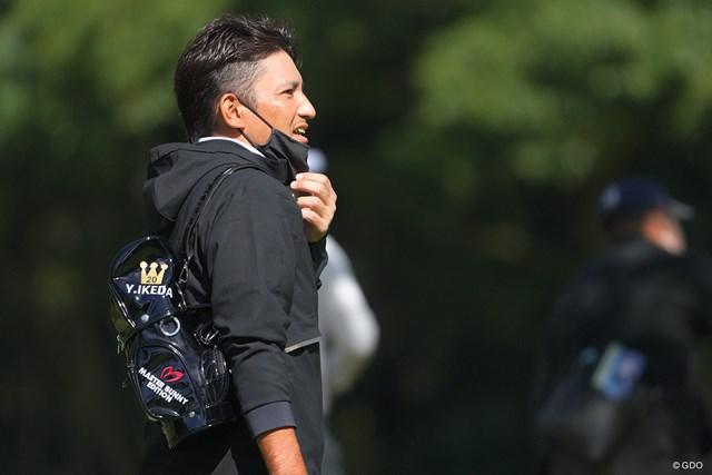 2021年 日本オープンゴルフ選手権競技 最終日 正岡竜二 「Y.IKEDA」ネーム入りバッグを抱えて全力応援。