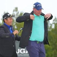 チャンピオンブレザーは前年チャンピオンの稲森プロから。 2021年 日本オープンゴルフ選手権競技 最終日 稲森佑貴 ショーン・ノリス