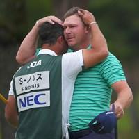 キャディを務める弟さんと。目には少し涙も。 2021年 日本オープンゴルフ選手権競技 最終日 ショーン・ノリス