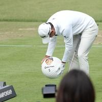 ゴルフレッスン、ボールに自分の顔が描かれまじまじと見る 2022年 ZOZOチャンピオンシップ 初日 コリン・モリカワ