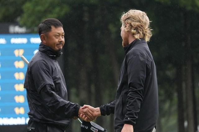 2022年 ZOZOチャンピオンシップ 2日目 岩田寛 スコット・ビンセント 競技を終えガッチリ握手