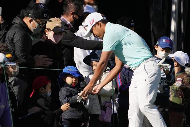 2022年 ZOZOチャンピオンシップ 最終日 小平智 1番ティショット後、子供にボールや手袋をプレゼントする