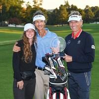 キャディのテリー・ホルト、テリーの愛娘とともに優勝を喜ぶランガー(Ben Jared/PGA TOUR via Getty Images) 2021年 ドミニオンチャリティクラシック 最終日 ベルンハルト・ランガー