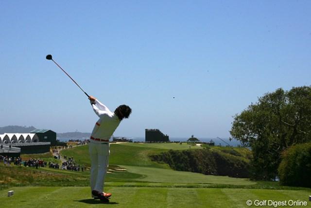 2010年 全米オープン事前 石川遼 6番パー5のティショットを背後から。右サイドは海、セカンド地点からグリーンまでの高低差が10メートルもある難ホールだ