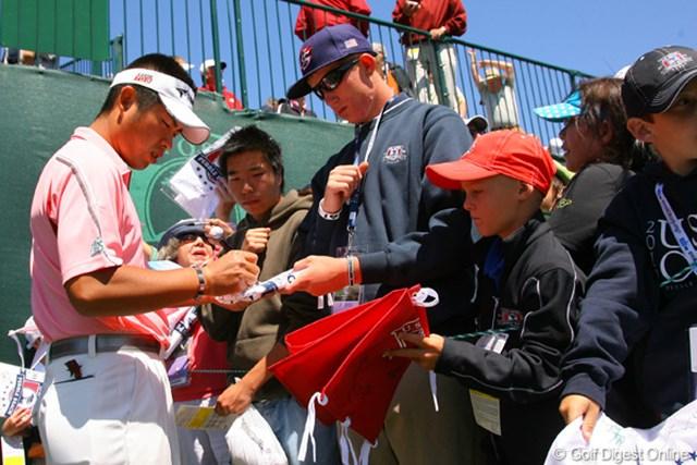 2010年 全米オープン事前 池田勇太 黙々とサインをこなす池田勇太。知名度も拡大しつつある様子