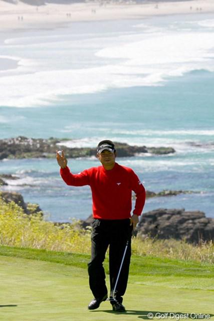 2010年 全米オープン初日 池田勇太 8番でバーディを奪い、絶景を背にギャラリーの歓声に応える池田勇太