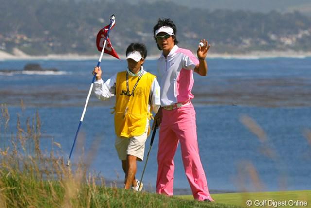 2010年 全米オープン初日 石川遼 17番でパーセーブ、ギャラリーの歓声に応える石川遼