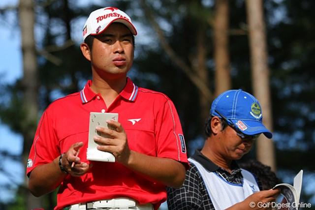 キャディとともに戦略を練る池田勇太。初日は1アンダー