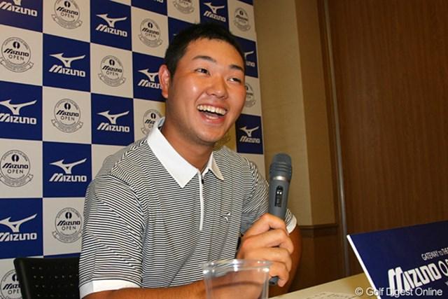 カメラマンに囲まれ、驚きつつも嬉しそうな表情を見せる薗田峻輔