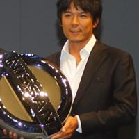 ゴールデンキーを受け取りご機嫌な矢野東 2010年 NEW 日産エルグランドカップ 開催発表イベント 矢野東