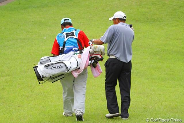「大丈夫ですか!?」選手がキャディを励ましています。36ホール頑張りましたよ藤田幸希のお父さん