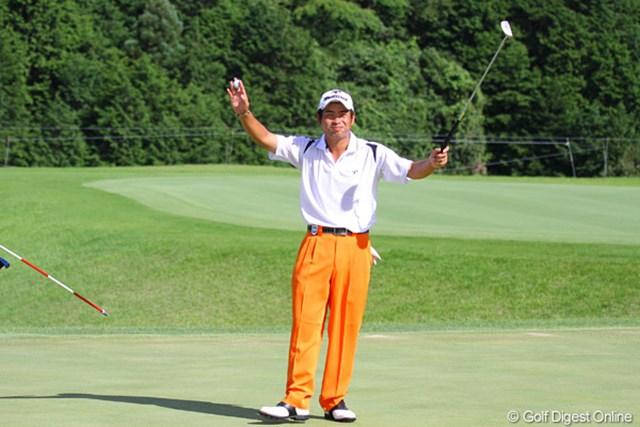 2010年 TOSHIN GOLF TOURNAMENT IN LakeWood 最終日 池田勇太 30センチのウィニングパットを決めて両手を高々と上げた池田勇太