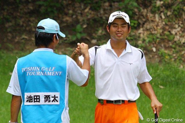 2010年 TOSHIN GOLF TOURNAMENT IN LakeWood 最終日 池田勇太 6番パー5でバーディを奪いキャディと笑顔でグータッチ