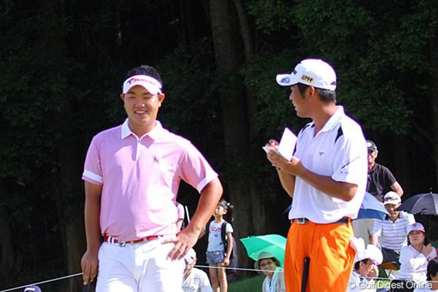 2010年 TOSHIN GOLF TOURNAMENT IN LakeWood 最終日 池田勇太&薗田峻輔 ラウンド中はほとんど話をしなかった2人が、最終18番ではにこやかに会話を楽しんだ