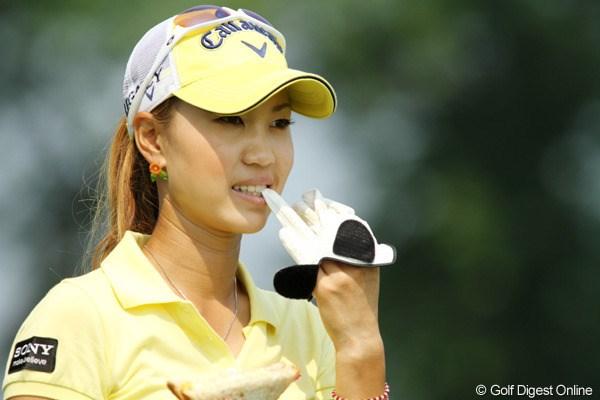 練習ラウンド中、ショットのあとにグローブを脱ぐ上田桃子 2010年 全米女子オープン 事前 上田桃子