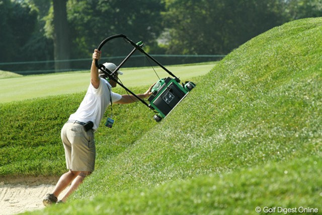 暑い中、隅々まで丁寧に芝を刈るスタッフたち。ご苦労様です