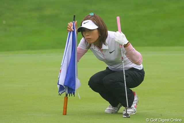 9番で真剣にラインを読む金田久美子。ここで12mのパーパットを決めた