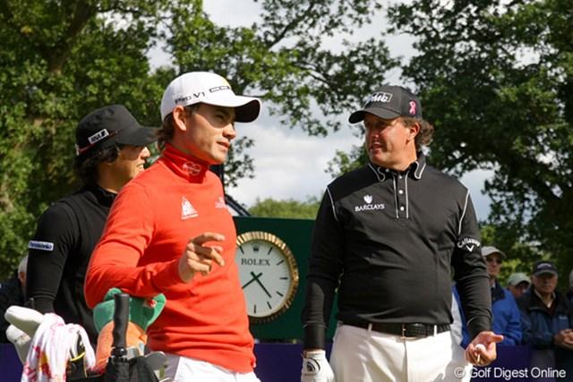 2010年 バークレイズ・スコットランドオープン 初日 石川遼、P.ミケルソン、C.ビジェガス ミケルソン、ビジェガスと同組となった石川。待ち時間には会話する余裕も