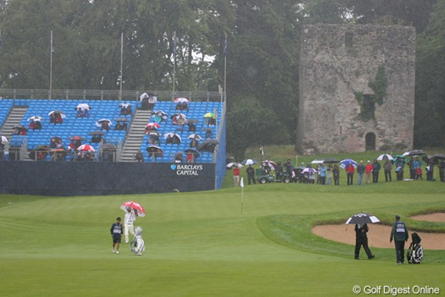 2010年 バークレイズ・スコットランドオープン 2日目 石川遼 18番グリーンの右手奥に見えるロスデュ城跡の歴史は15世紀までさかのぼる