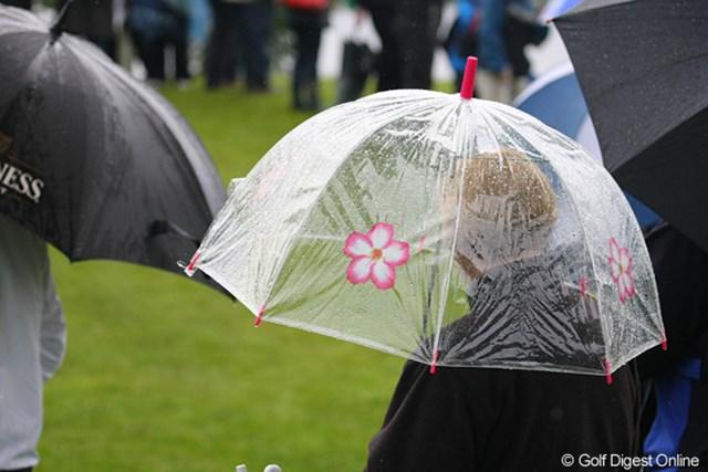 2010年 バークレイズ・スコットランドオープン 2日目 ギャラリー ギャラリーのおばちゃんの可愛らしい傘