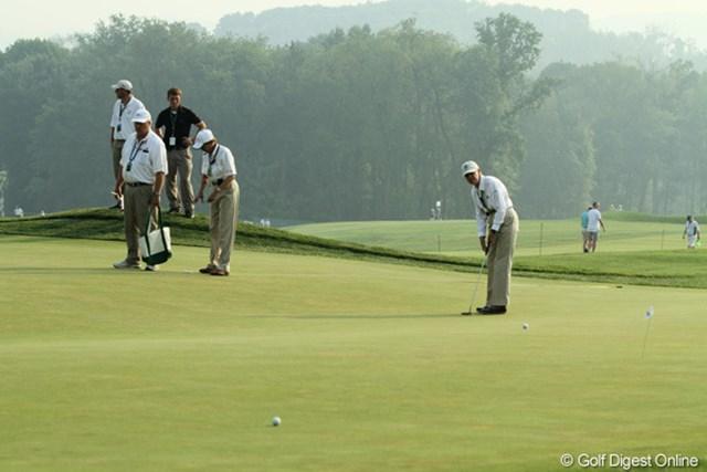朝の9番グリーン。2日目のカップを切りながら、3日目のピン位置を決める作業中/田辺安啓(JJ)