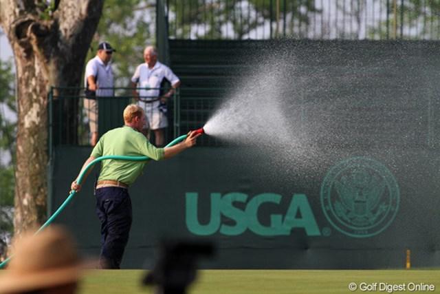 暑さのために早朝からグリーンに散水するスタッフ。明日からは過ごしやすい気温になる/田辺安啓(JJ)