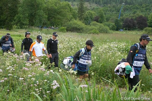 2010年 バークレイズ スコットランドオープン 3日目 石川遼 最終18番、ティショットを終えてセカンド地点へと向かう