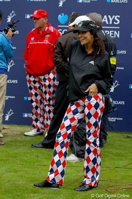 2010年 バークレイズ スコットランドオープン 3日目 J.デイリーの彼女 ジョン・デイリーの彼女のアンナさん。カメラに気づくと、気さくにポーズを決める