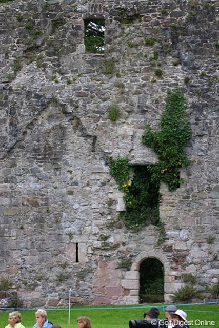 2010年 バークレイズ スコットランドオープン 3日目 城壁 15世紀の城壁が、18番グリーンのすぐ脇に鎮座する