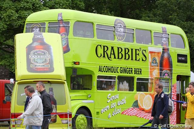 2010年 バークレイズ スコットランドオープン 3日目 コース内の売店(1) これはアルコールを売る店。とはいえ、酒を飲んでいる人は少ないです。