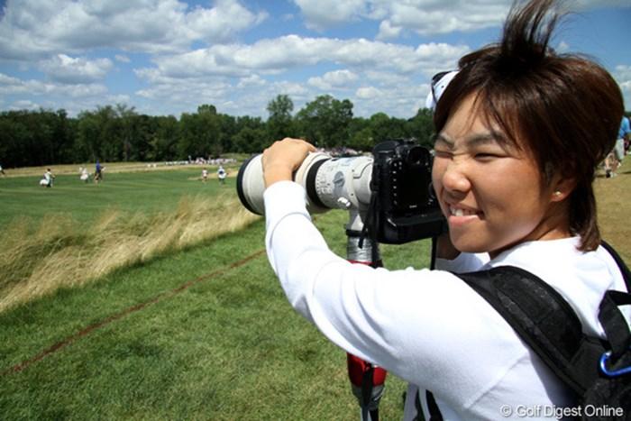 予選落ちしたものの、すべてが勉強と決勝ラウンドのプレーを見学。カメラにも興味を示してファインダーからプレーを覗く/田辺安啓(JJ) 2010年 全米女子オープン 3日目 森桜子