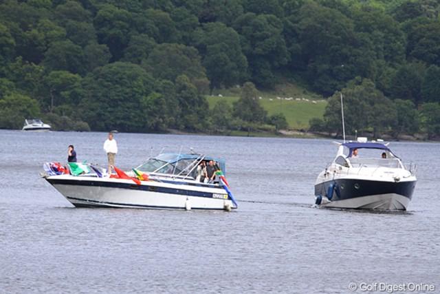 湖の上のボートから観戦する超特別席