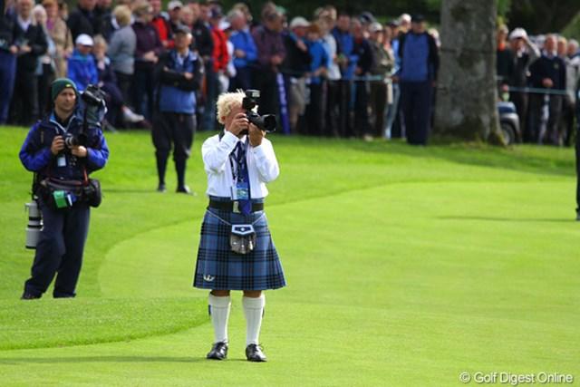 この人、れっきとしたゴルフ・カメラマンさんです