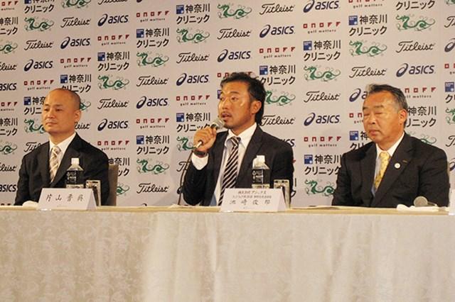2009年 片山晋呉、新規契約発表会 スーツ姿で記者会見を行う片山晋呉。新しいギアの使用感を語ってくれた
