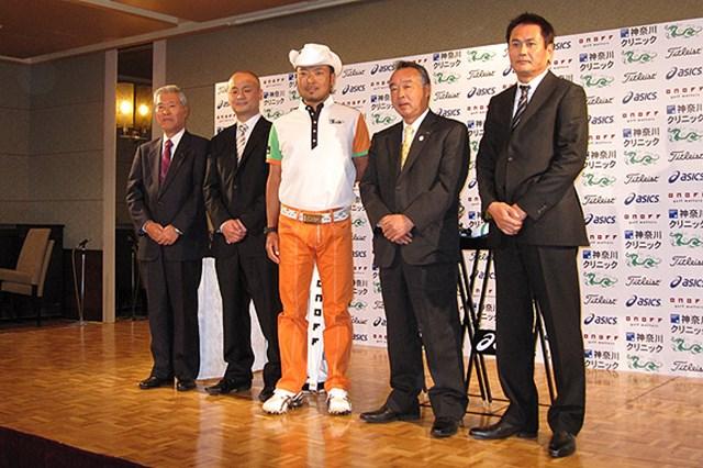 2009年 片山晋呉、新規契約発表会 今回契約を結ぶ4社とフォトセッションを行う片山晋呉