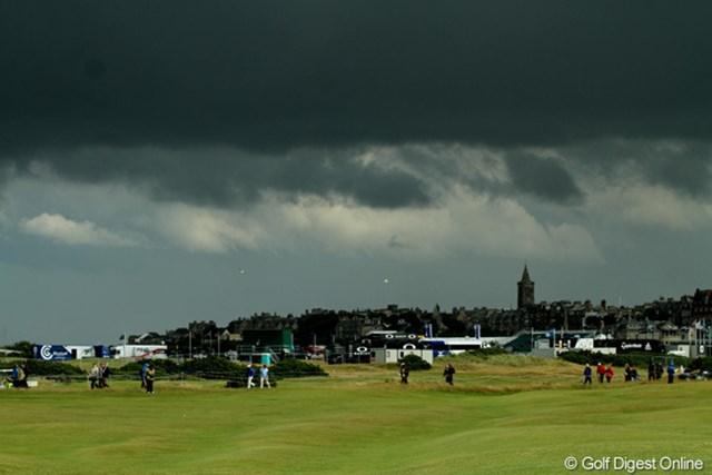 水曜よりも幾分天候は回復したが、時折、黒い雨雲が雨を運んできた