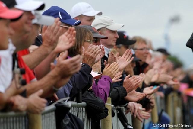 良いプレーには万来の拍手。雨の中の応援は特にありがたい