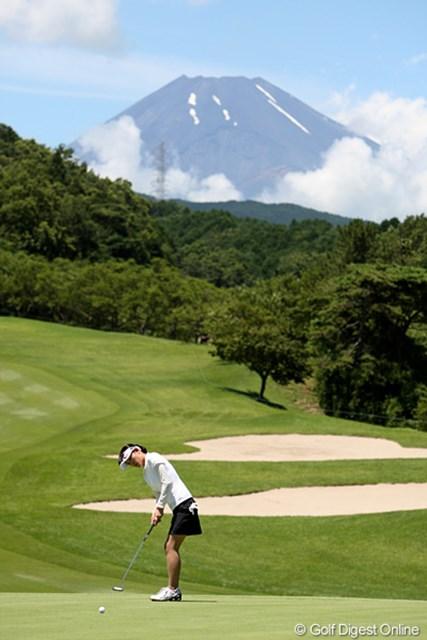 2010年 スタンレーレディスゴルフトーナメント 2日目 北田瑠衣 今日は富士山も見ることができました。良い天気です。