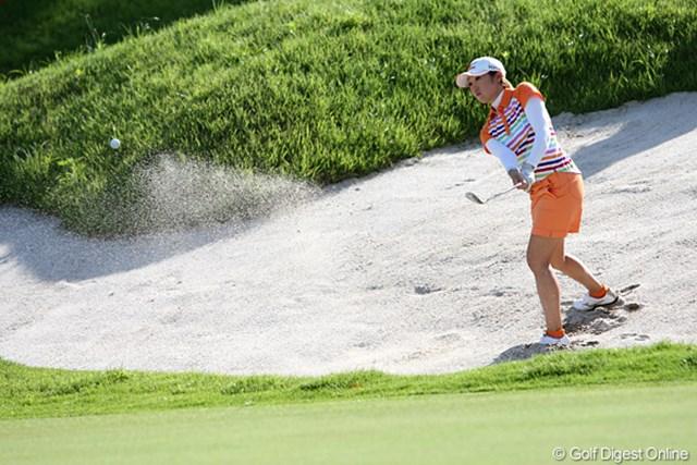2010年 スタンレーレディスゴルフトーナメント 2日目 飯島茜 左足下がりのバンカーショット、これも難しそうです。