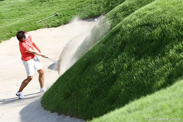 2010年 スタンレーレディスゴルフトーナメント 2日目 福嶋晃子 18番のバンカーにつかまってしまったアッコさん、こんなバンカーあなたならどうしますか?