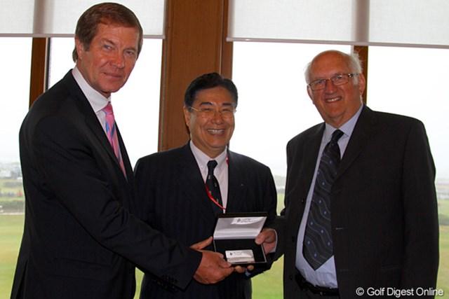 欧州ツアーの永久名誉副会長のメンバーカードを手渡される