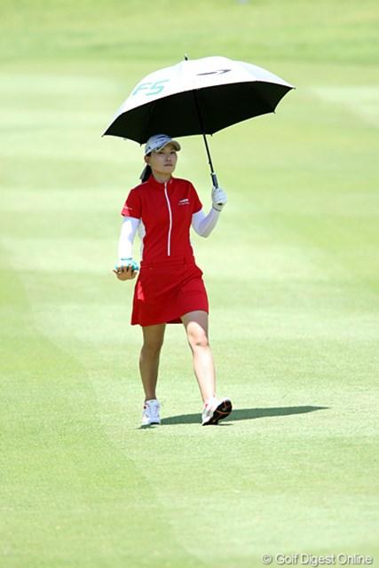 日傘をさし、右手の甲も冷やして頑張ってます