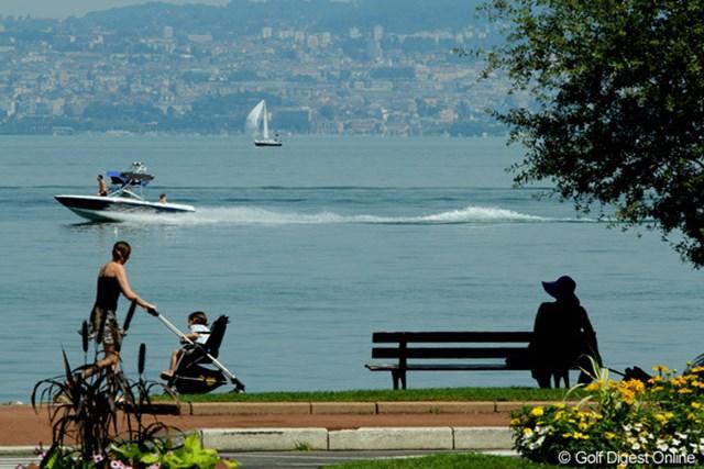 レマン湖のほとりは散策コース。対岸の街はスイスのローザンヌです
