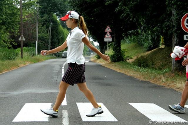 コース内を横切る道路は、車が封鎖されているため、手を挙げなくても渡れます