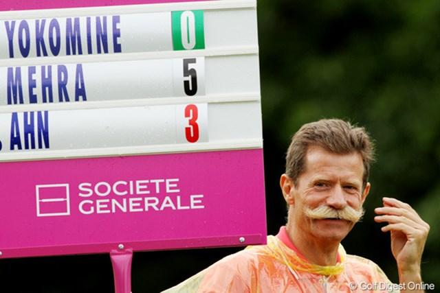2010年 エビアンマスターズ 2日目 ボランティア さくらちゃんの組のスコアボード係をしていたルークさん。イタリアからやってきたそうです