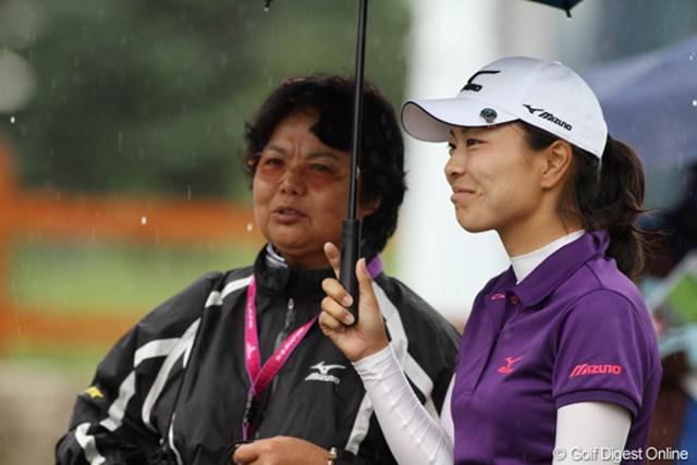 2010年 エビアンマスターズ 2日目 服部真夕 師匠の岡本綾子さんと傘に納まる。グッドラウンドで笑顔がもれる