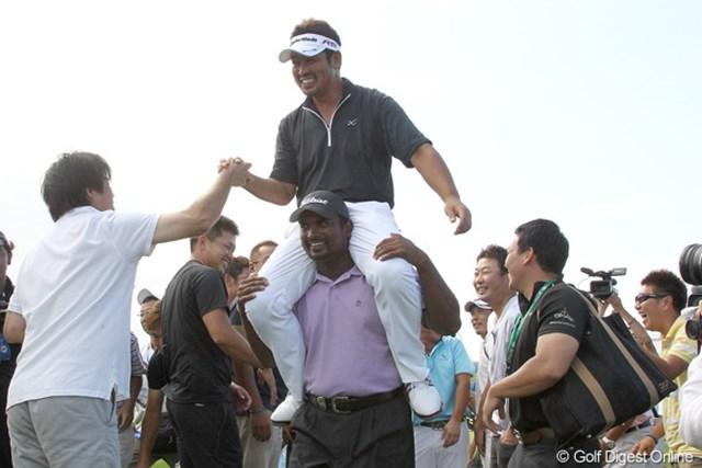 2010年 長嶋茂雄 INVITATIONAL セガサミーカップゴルフトーナメント 最終日 小山内護 18番グリーンで見守っていた仲間とともに歓喜に沸く小山内護。40歳の復活劇は感動的だった