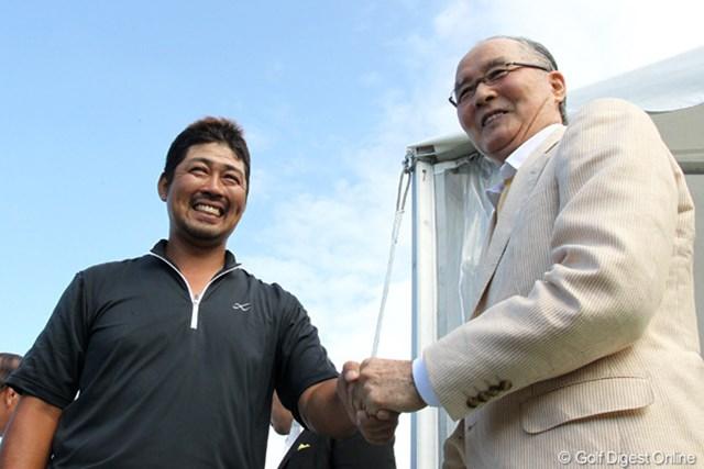 優勝を決め、長嶋茂雄・大会名誉会長と握手を交わす小山内護